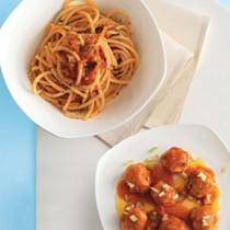 Bucatini with tomato sauce and meatballs (Bucatini con polpettine al pomodoro)