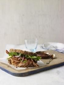 Chipotle salmon, bacon, and avocado sandwiches (Sandwiches de salmon, tocino, y aguacate)