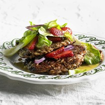 Crunchy grain cakes with strawberry salad