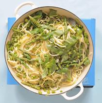 One-pan pea, lemon and asparagus pasta