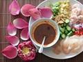 Thai pomelo and shrimp salad (Miang som o)